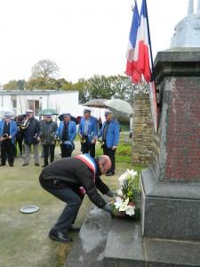 Le maire de Quessoy dépose une gerbe de fleurs au pied du Monument aux Morts.