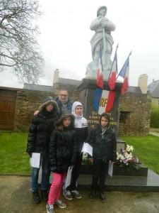 Mr Pivaud et les quatre lecteurs d'un jour sous la pluie.